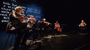 Det drømmescenarie, som opmales af Laurie Andersons (til højre) elegante strengelege på hendes elektroniske violin og af Kronos Quartets akustiske strygere, ønsker man på ingen måde, at hun skal stoppe med at udfolde.