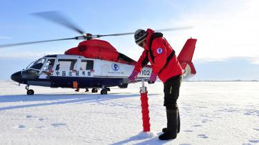 Kinas stadigt væsentligere tilstedeværelse i Arktis kræver selvsagt velkoordineret handling fra alle aktører i så lille et kongerige som det danske – og her kniber det ifølge Forsvarsakademiets analyse. Her er det et medlem af det kinesiske researchhold, der indsamler materiale tilbage i 2010.