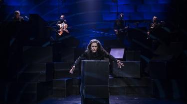 Sangerinden Jullie Hjetland leverer en fremragende fortolkning af sangene i Troen og Ingen på Svalegangen.