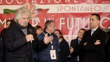 Femstjernebevægelsens spidskandidat Luigi di Maio (t.h.) og bevægelsens stifter, den tidligere komiker Beppe Grillo (t.v.) på et vælgermøde i Napoli. Di Maio repræsenterer på mange måder den typiske femstjernepolitiker. Han er ung og politisk uprøvet. Til gengæld er han mere pragmatisk og moderat EU-kritisk end Grillo, der selv fravalgte rollen som spidskandidat på grund af en tidligere straf for uagtsomt manddrab.