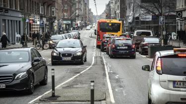 Selvfølgelig er der ikke flere, der vælger offentlig transport eller generelt mere klimavenlige alternativer, hvis det ikke udbygges og støttes ordentligt. Ingen gider at tage klimavenlige valg, hvis de tager dobbelt så lang tid og koster mere end (diesel)bilen, skriver Jonathan Ries.