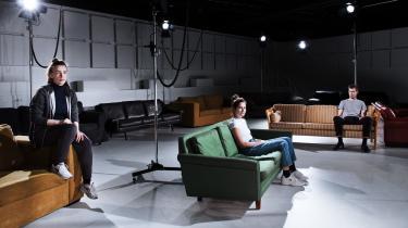 Mellem publikum i sofaerne på Studio Scenen på Aarhus Teater udpensler de tre skuespillere sorger, tanker og bekymringer. Det er intimt uden at blive grænseoverskridende.