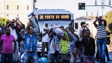 En gruppe af migranter og flygtninge protesterer mod myndighedernes håndhændede behandling af dem.