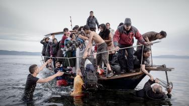 Flygtninge på Lesbos. Mohsin Hadids roman fortæller om et par, der pludselig bliver til flygtninge og en del af den fortrinsvise navnløse masse af folk på vej. Men romanen bliver aldrig rigtig personlig. Foto: Ulrik Hasemann