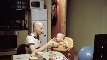 Selvom det russiske regime har gennemført en række love, der økonomisk belønner russere, der får flere børn, falder folketallet stødt. Ikke mindst pga. af en ekstremt mange skilsmisser. Dette billede er fra en fotoserie om moderne russiske fædre.