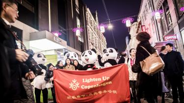 Fejringen af det kinesiske nytår med røde lanterner på strøget i København er tegn på, at Kina i dag i højere grad bruger kinesere uden for Kina som et værktøj til at varetage kinesiske interesser i udlandet. Og det er udtryk for, at den kinesiske stats rækkevidde uden for Kina er blevet større.