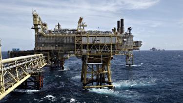 Kammeradvokaten har på kort tid givet to modsatrettede vurderinger af Nordsøaftalen. Først lød det, at Mærsks skattefordele ikke automatisk følger med, hvis rettighederne til at pumpe olie i Nordsøen sælges. Dernæst – efter Mærsks salgsaftale med Total var en realitet – lød det, at skattefordelen skam fulgte med.