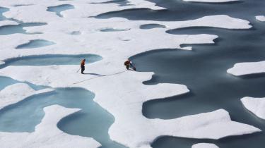Den for tiden særligt varme luft i Arktis er således en del af forklaringen på, at der i denne vinter kan registreres en markant svagere tilfrysning af de arktiske havområder end tidligere. Satellitmålinger viser, at havisens udstrækning i øjeblikket ligger mærkbart under det seneste rekordår – 2011-2012 – og markant under gennemsnittet for perioden 1981-2010.