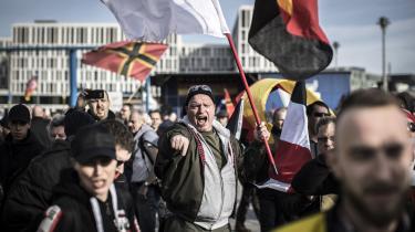 Højreradikale aktivister, nynazister og støtter af bevægelsen Identitær demonstrerer i Berlin, Tyskland. Ifølge dagens kronikør viderefører disse grupper nazismens ideer. Den eneste forskel er måden, de bliver præsenteret på.