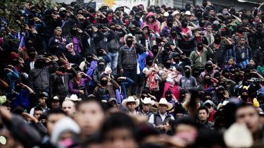 Zapatister under et valgmøde til støtte for María de Jesús Patricion Martínez – også kendt som 'Marchuy'Martinez bliver den første kvinde fra et oprindeligt folk, der er kandidat ved præsidentembedeti Mexoci. Hun er ikke selv zapatist, men der er 25 millioner oprindelige folk i Mexico, og en stor del af dem støtter hendes kamp mod afskovning, minedrift og megaprojekter, som er ved at ødelægge landets natur.