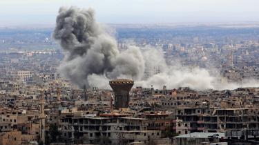Selvom der tirsdag skulle være en daglig 'humanitær pause' i bombardementerne mellem kl. 9 og 14, regnede bomberne tydeligvis stadig over Damaskus-forstaden Ghouta.