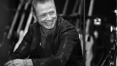 Thomas Helmig synger helt uden dikkedarer, effektivt og enkelt i de corny omgivelser, mens et firserautentisk svarkor sætter prikken over i'et. Ja, alt går op i en højere enhed her – især hvis de laver en single-version uden det c-stykke, hvor han nærmest rapper.