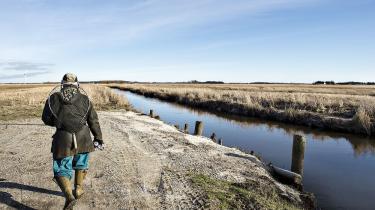 Drop landbrugspakken. Stram miljøkravene. Det er den logiske konsekvens, hvis forureningen med fosfor og kvælstof skal begrænses til, hvad miljøet kan bære. Men miljø- og fødevareminister Esben Lunde Larsen (V) har ikke travlt med at afbøde skandalen.