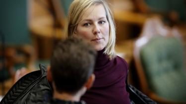 Ida Auken (R), der selv var miljøminister fra 2011 til 2014, begræder rundbarberingen af Miljøstyrelsen. »Omorganiseringen er et klart signal til alle medarbejdere om, at Esben Lunde Larsen vil sætte politiske interesser over faglige hensyn. Det kan ikke tolkes anderledes,« siger hun.