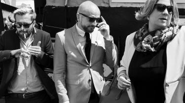 Den Korte Radioavis' superstjerner Kirsten Birgit Schiøtz Kretz Hørsholm og Rasmus Bruun showdebuterer med det gennemførte og velkomponerede 'Det Skide Show', der skal passe på med ikke at blive alt for skridsikkert sjovt for de faste fans