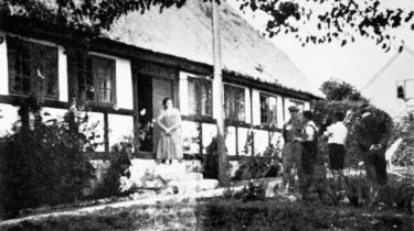 Bertolt Brecht – med kasket – ved huset ved Svendborg i 1933. Det var her, han og Walter Benjamin havde deres samtaler og skakspil. Begge de to tyske åndskæmper var anbragt i en ekstrem situation af historien, derfor var ingen af dem til gyldne middelveje, siger bogen