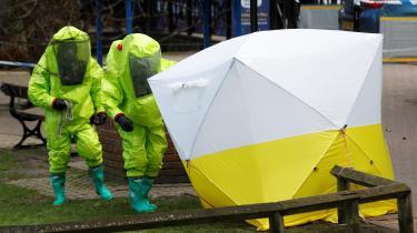 Gifteksperter i sikkerhedsdragter undersøgte fortsat torsdag den teltforseglede bænk, som Sergej Skripal og hans datter sad på, da de søndag blev forgiftet.