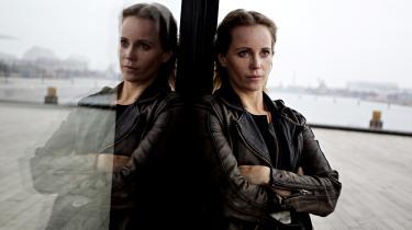 Kriminalinspektør Charlie Lager er dyster, crazy og afstumpet. Ikke ulig Saga Norén fra tv-serien 'Broen'.