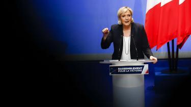 Det nye navn 'Le Rassemblement National' en dobbeltmanøvre: Det taler pænere, men det appellerer til brutaliteten. Logikken er, at man skal gå så tæt på det grimme som muligt uden selv at blive til dengrimme
