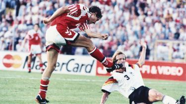 Kim Vilfort scorer til 2-0 i EM '92-finalen mod Tysland. Havde der været videodommer på dengang, var begge kampens mål muligvis blevet underkendt.