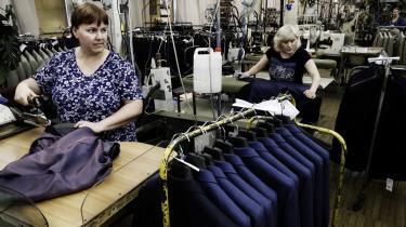 De seneste seks år har den almindelige russer ikke har oplevet en velstandsstigning, og de sidste fire år har den disponible realindkomst reelt været faldende. Her syersker på Bolshevichka-tøjfabrikken i Moskva.