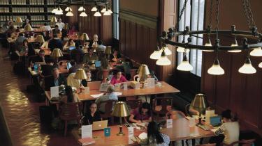 I løbet 197 minutter bliver man en del af hverdagen på det store og meget smukke bibliotek i New York.