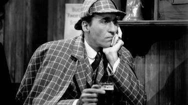 Sherlock Holmes er detektiven par excellence. Han står ved sit vindue og venter på, at det banker på hans dør. Så snart en gåde melder sig, lægger han kokainen og morfinen fra sig og koncentrerer hele sin hjerne om at opklare forbrydelsen.