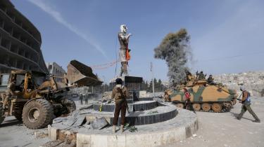 Tyrkiskstøttede oprørere igang med at rive en kurdisk statue ned i Afrin. Den tyriske præsident Erdogan ser erobringen af den mellemstore syriske by som en sejr på højde med Tyrkiets størtse sejr i Første Verdenskrig, slaget ved Gallipolli, og sejren styrker ham meget på hjemebanen.