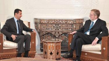 Per Stig Møller har flere gange mødt den syriske leder Bashar al-Assad. Her er det i Damaskus i 2008. Ifølge den tidligere danske udenrigsminister skyldes krigen i Syrien, at det ikke lykkedes at skabe fred i Mellemøsten i 00'erne.
