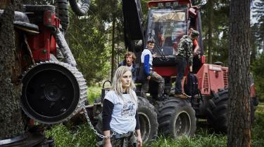 Siden maj 2017 har aktivisterne i urskoven stået for 30-40 blokader af de polske skovmyndigheders træfældningsmaskiner. På billede ses en aktivist, der har lænket sig fast til et af træerne.