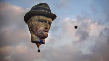 Der findes åbenbart ikke den form, du ikke kan få dit Van Gogh-fix i. Lidt research viser, at du både kan få magneter, blyanter, et tesæt, en frakke til din hund og sågar en ringeklokke til din cykel med hans solsikker på. Eller som her en gigantisk luftballon med hans ansigt.