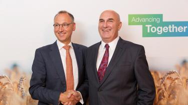 Monsanto-boss Hugh Grantog Bayers Werner Baumann lykønskede hinanden, da de i 2016 var blevet enige om megafusionen. Smilene er næppe mindre i dag.