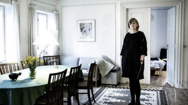 I Pia Juuls seneste digtsamlinglægger hun ud med et femsiders prosadigt. Detstarter i New York og slutter på Vesterbro, ogoveralt registrerer det den samme trøstesløshed: mennesker, der tigger på gaden, og et jeg, som bare passerer forbi.