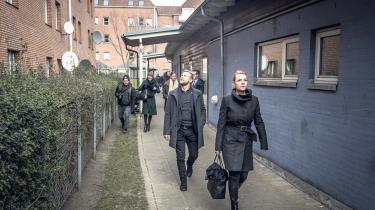Integrationsminister Inger Støjberg (V) på besøg i et 'ghettoområde'. Hendes kagefejrede stramninger gør det temmelig svært at regne ud, hvad man skal gøre for at få permanent opholdstilladelse, skriver dagens kronikør