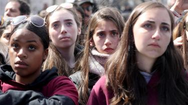 Unge fra hele USA gik lørdag i protestmarch på Pennsylvania Avenue i Washington.