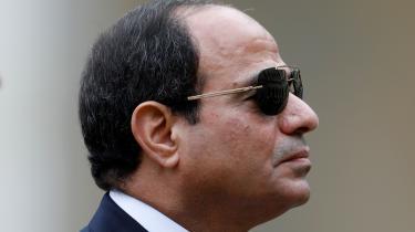 'Al-Sisi (billedet) vil forhåbentlig rydde op og sørge for at bringe stabiliteten og turisterne tilbage,' siger Ali, der opdrætter kameler i byen Aswan. De fleste byer langs Nilen har templer og turistattraktioner, som før revolutionen i 2011 tiltrak millioner af turister årligt. Men i dag er der tomt i templerne.