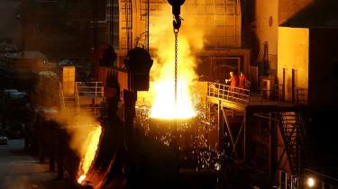 Nu venter alle på Trumps næste træk, der kan blive yderligere afgifter på import af stål og aluminium, som Kina er global storleverandør af. Her er kinesiske stålarbejdere i byen Dalian i provincen Liaoning.