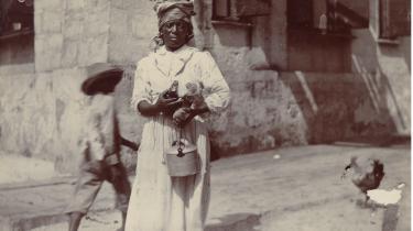 Danmarks største arbejderopstand brød ud i Dansk Vestindien blandt vrede plantagearbejdere ledet af den mytiske Queen Mary. Oprøret blev slået brutalt ned af de danske myndigheder og er siden fortrængt, ikke bare fra historiebøgerne, men også fra arbejderbevægelsens fortælling om sig selv