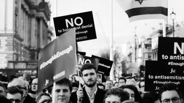 Medlemmer af en britiskjødisk organisation protesterer mod Labours holdning til jøder – de seneste udmeldinger fra partiet stiller heller ikke alle tilfreds.