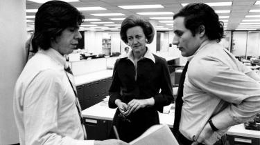 The Washington Posts øverste chef og ejer Katharine Graham sammen medCarl Bernstein ogBob Woodward i The Post newsroom.
