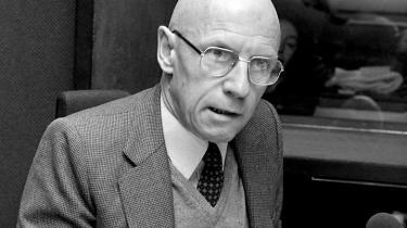 Det, der interesserer os i denne lidt nørdede diskussion, er, hvor Foucault selv taler fra, det vil sige: Hvad er det, der forsvares, og hvad er det, der angribes, i hans kritiske undersøgelser? skriver Per Aage Brandt