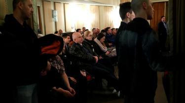 Regeringspartiet Fidezs har overtaget flere af det højreradikale parti Jobbiks mærkesager. Her lytter vælgere til Jobbiks partileder, Gabor Vona.