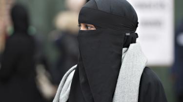Det ser ud at blive gjort ulovligt at have ansigtet tildækket offentligt i Danmark. Det står klart, efter at Socialdemokratiet sikrede flertal for et såkaldt burkaforbud. Men kun fire gange har den tilsvarende østrigske lov ført til sigtelser af en kvinde i burka eller niqab. Antallet er ikke afgørende, siger K