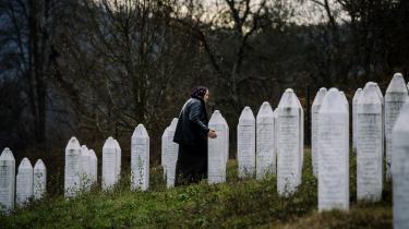 En ældre kvindebesøgermindelunden Potocari ved Srebrenica, hvormere end 8.000 mænd og drenge blev slået ihjel.
