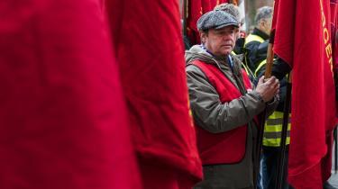 Det store problem med forhandlingerne om de offentlige overenskomster, som igen er ved at bryde sammen, er, at de ikke lever op til præmisserne for den danske model, skriver Rune Lykkeberg. Her røde faner ved Forligsinstitutionen, hvor forhandlerne for tiden forsøger at nå til enighed.