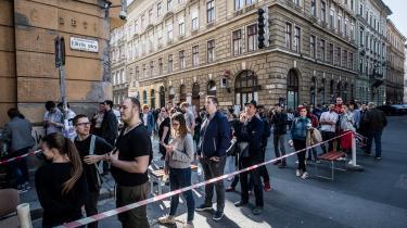 Aldrig har så mange ungarere stemt på Viktor Orbán: 2,5 millioner Fidesz-stemmer, omtrent 300.000 flere end ved sidste valg. Det betyder, at Viktor Orbáns parti har fået 134 af de 199 pladser i parlamentet. Her står folk i kø til et valgsted i Budapest.