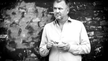 Jesper Stein Larsens krimier sælger i titusindevis. Som optakt til uddelingen af Kunstfondens arbejdslegater fortæller den tidligere journalist om, hvordan der for ham er en klar sammenhæng mellem penge, tid og kvalitet