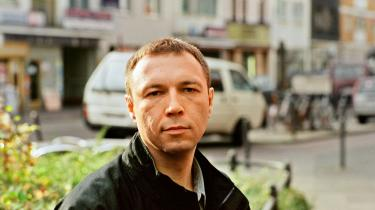 Viktor Pelevin (f. 1962) er ikke en i klassisk forstand stor forfatter, men han både repræsenterer og skildrer de nylige forandringer i Ruslands kultur, værdier og virkelighedsopfattelse.