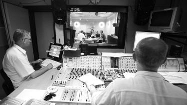 Journalist Claus V. Jakobsen (tv) og teknikker Lennart Kirchheiner ved 80 års-fejringen afDanmark Radios ældsteeksisterende program, Radioavisen i 2006. Ved begyndelsen i 1926 bestod radioavisredaktionen kun af to redaktionelle medarbejdere og en dame, der var god til maskinskrivning. Der blev sendt to gange om dagen, klokken 19.00 og klokken 22.00. I dag består redaktionen af omkring 70 medarbejdere, som sender 26 udsendelser i døgnet 365 dageom året.