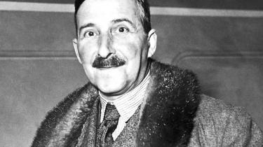 Zweigs bøgervar i sin tid både populæreogkontroversielle.Det var Zweig også selv.Han var biseksuel ogtilsyneladende også blotter. Som ung blev han pågrebet af en betjent efter at have blottet sig for to unge piger i Schönborgpark, fortælles det i efterordet til 'Amok'.
